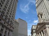 Nowoczesny i nowy jork gród stan architektury kontrastuje z piękne błękitne niebo — Zdjęcie stockowe