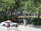 New York City Police Car sits idle while people enjoy a summer day at Bowling Green Park in New York — Stock Photo