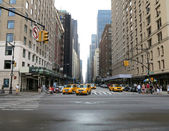 New York City Taxis waiting to turn onto 5th Avenue after rain storm in New York — Stock Photo