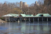 Boat House at Central Park In New York with Lake Freezing Over in Winter — Stock Photo