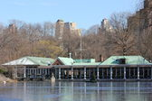 Boat House at Central Park In New York with Lake Freezing Over in Winter — Stockfoto