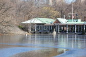 Boat House at Central Park In New York with Lake Freezing Over in Winter — ストック写真