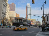 Architecture and busy street scene in Brooklyn Borough of New York — Stock Photo