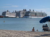 Big Oceanliners sit in port at Philipsburg while people enjoy their day at the beach — Stock Photo