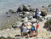 Un uomo locale vende conchiglie e altri oggetti dai caraibi vicino alla natura conservano in san marrten ai turisti — Foto Stock