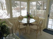 Decorated Florida Room with vase of flowers with fresh white snow in background — Stok fotoğraf