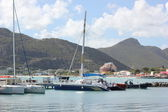 Yachts and catamarans sit idle with beautiful backdrop of Great Beach in Philipsburg St. Maarten — Stock Photo