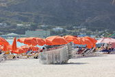Colorful Bright Orange Beach Umbrellas and tourists enjoy Great Beach in Philipsburg, St. Maarten — Stock Photo
