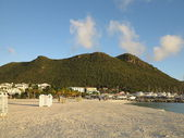 Great Beach in Philipsburg St. Maarten looking towards Extinct Volcano — Stock Photo