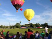 Hot air balloons soar into blue sky — Stock Photo