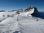 山、 海雾和惊人的滑雪者,铁力士区域 — 图库照片