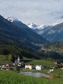 Village Tarasp And Snow Capped Mountains — Stock Photo