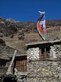 Prayer flags on a roof in Khangsar — Stock Photo