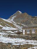 High mountain named Yakwakang and lodge — Stock Photo