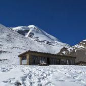 Piccolo teashop e montagna verso thorung la pass — Foto Stock