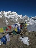 Bandiere di preghiera verso il thorung la passa, nepal — Foto Stock