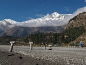 Ruined bridge and Dhaulagiri — Stock Photo