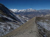 Moraine and high mountains on the way from Thorung La Pass to Muktinath — Stock Photo