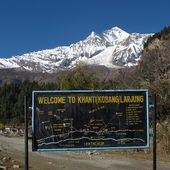 Dhaulagiri and signboard — Stock Photo