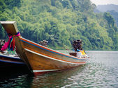 Longtail-Boote an der Pier in thai — Stockfoto