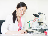 Médico com microscópio — Foto Stock
