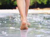 Gångavstånd tjej på stranden — Stockfoto