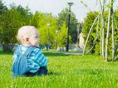 Bebé en el parque — Foto de Stock