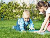 Crianças no parque — Fotografia Stock