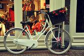 Bicicletta bianco con cestino di vimini — Foto Stock