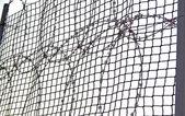 Spirálový ostnatý drát na bonnex plot — Stock fotografie
