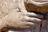Cement cast van hand met hoed over hart — Stockfoto