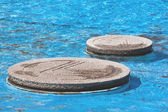CCoseup of Concrete Stepping Stones in Blue Pool — Foto Stock