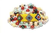 Изолированные красочные бисером браслет и ожерелье на белом — Стоковое фото