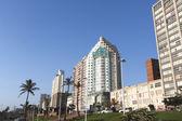 Obytných a komerčních budov na pláži — Stock fotografie