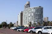 Auto bekleed straat buiten hotels op durban strand — Stockfoto