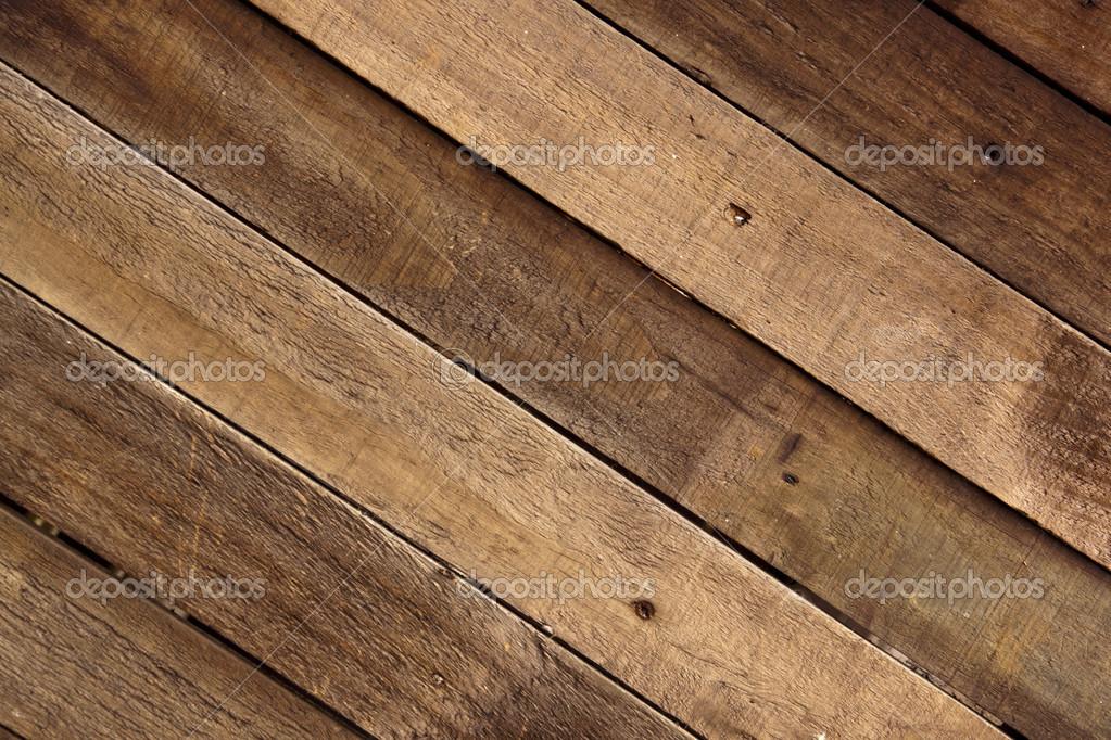 Doghe in legno stagionati montati per formare una parete di legno ...