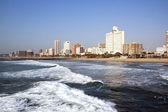 пустые океан и пляж против горизонты города — Стоковое фото