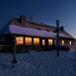 The cottage on the peak of the mountain, winter fullmoon night. — Stock Photo