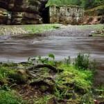 vista sobre río montaña oscura con nivel de agua alto después de fuertes lluvias para ruina de piedra de molino de agua — Foto de Stock
