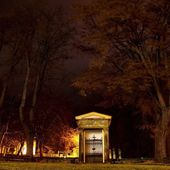 Small chapel in front of graveyard in the windy night — Stock Photo
