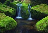 Cascata sul piccolo torrente, acqua esegue sopra massi di basalto. — Foto Stock