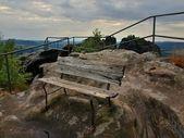 Sommerabend vor sturm auf gipfel weg in die sächsische schweiz, grauen himmel über sandsteinfelsen. holzbank hauptansicht punkt. — Stockfoto