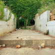 Empty dry drainage channel below town in hot summer period. Concrete bank covered by grass. — Foto Stock