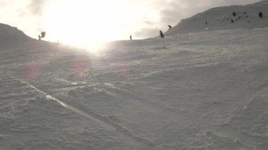 Esqui downhill e embarque de neve em um declive nevado, vista de ângulo baixo — Vídeo Stock