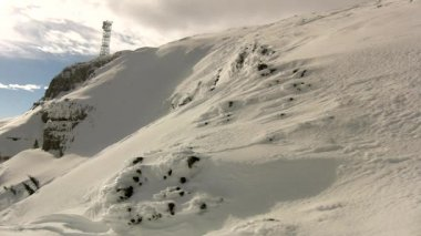 Peak of mountains in ski resort are sticking out from low mist. — Video Stock