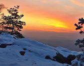 Zimní ranní pohled na východ s oranžové slunce. svítání v skalách parku česko saské švýcarsko. — Stock fotografie