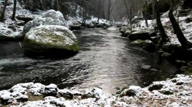 Big boulders in clear water of stream. Winter is beginning at mountain river. — Stock Video
