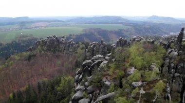 Wiosna mglisty wieczór w atrakcyjna natura opoka imperium park saksonii szwajcaria. — Wideo stockowe