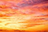 Cielo del atardecer naranja ardiente — Foto de Stock