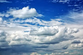 Blauer Himmel mit Wolken. Zusammensetzung der Natur. — Stockfoto